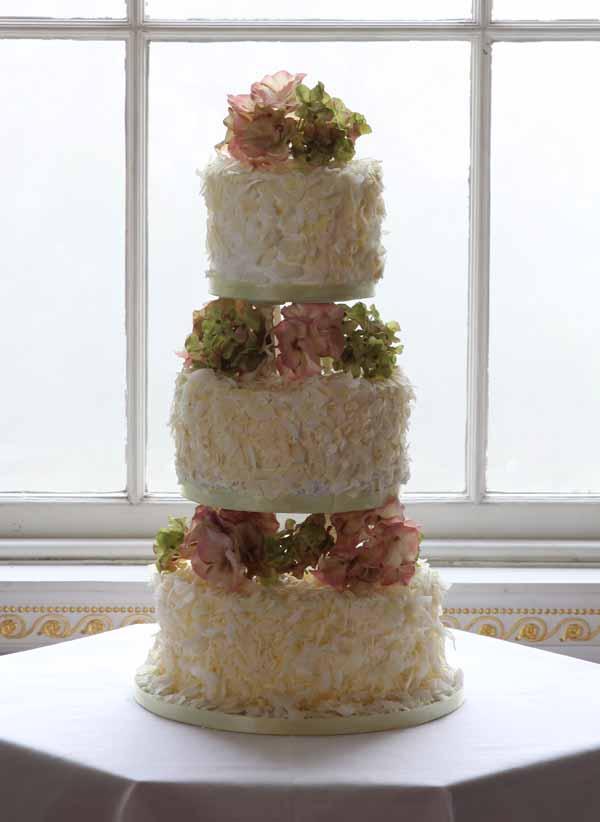 natural coloured flowers design wedding cake cream