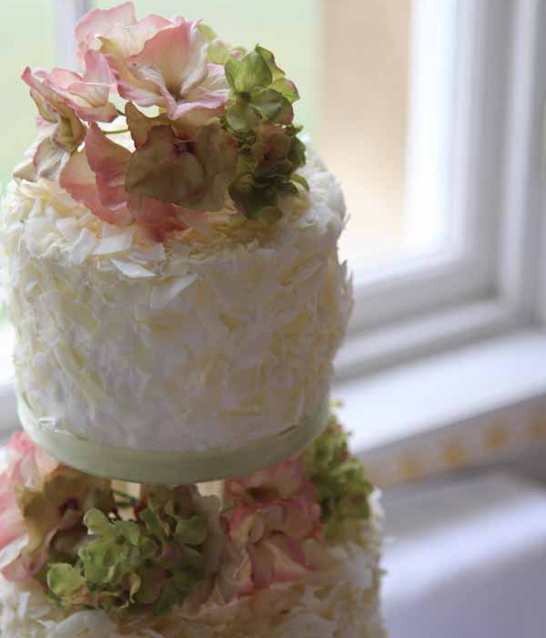 Cake Decorations Flowers Uk : natural flowers wedding cake idea