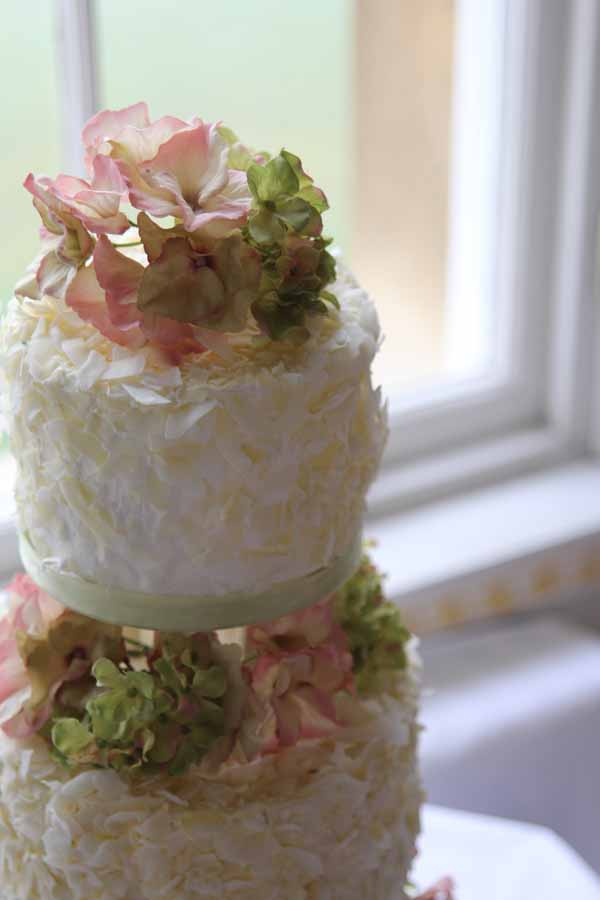 natural flowers wedding cake idea