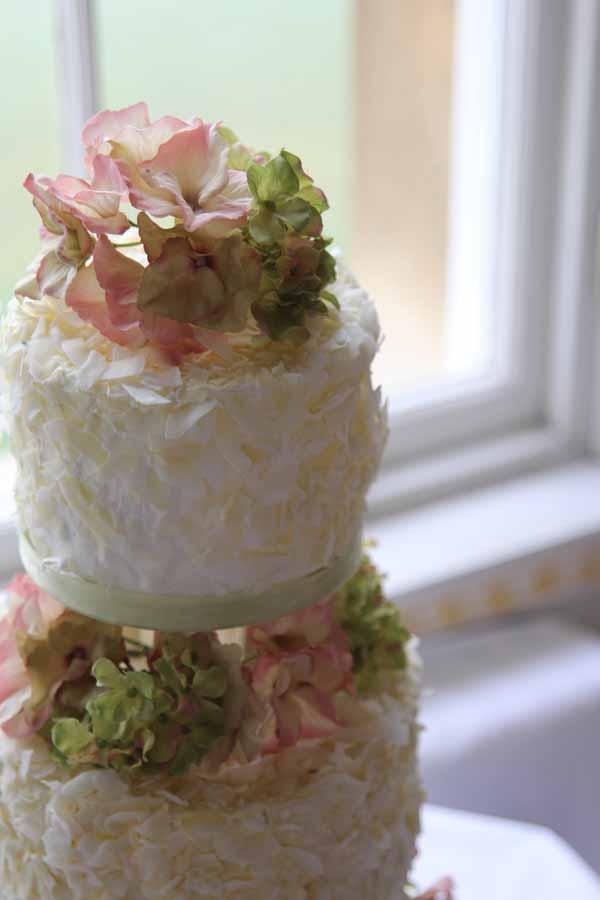 natural flowers wedding cake idea