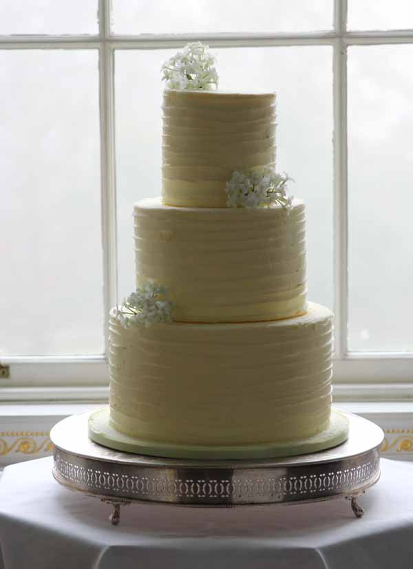 plain but beautiful white wedding cake