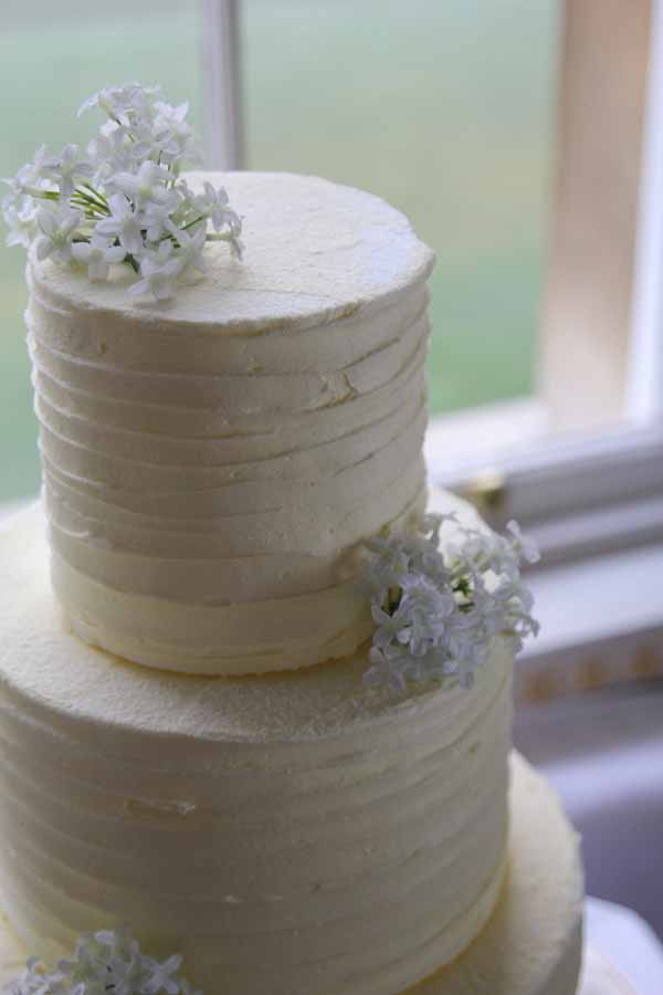 white flowers and wedding cake idea