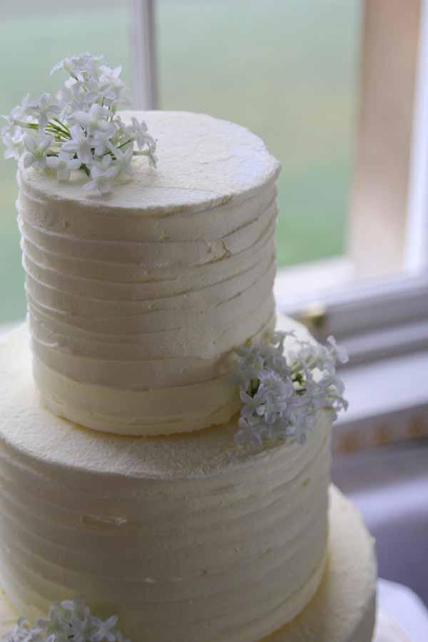 white flowers and wedding cake idea