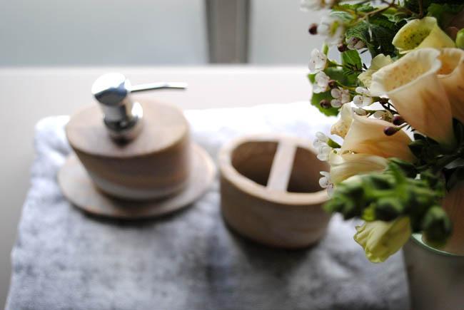 House of Fraser en suite bathroom set flowers