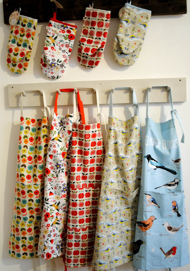kitchen oven gloves and apron christmas gift ideas for mum sister daughter nan