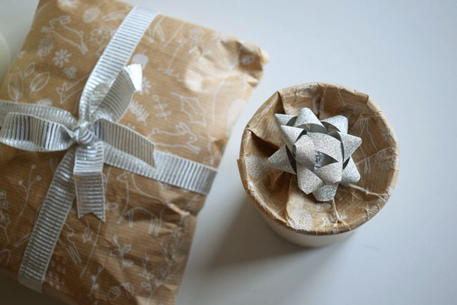 how-to-wrap-a-round-xmas-present-circular