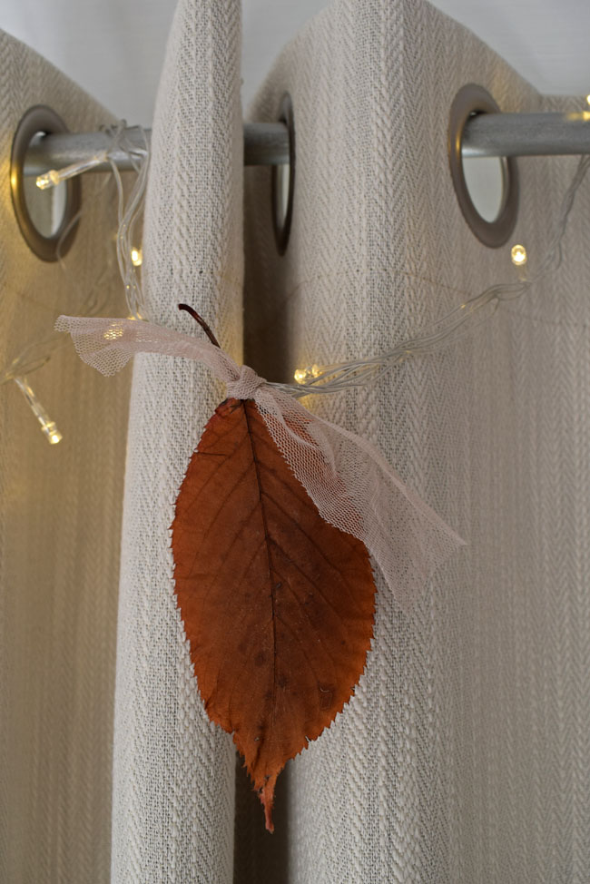 leaf-tyed-to-curtain-fairy-xmas-lights
