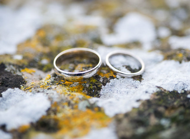wedding-rings-on-beautiful-rock