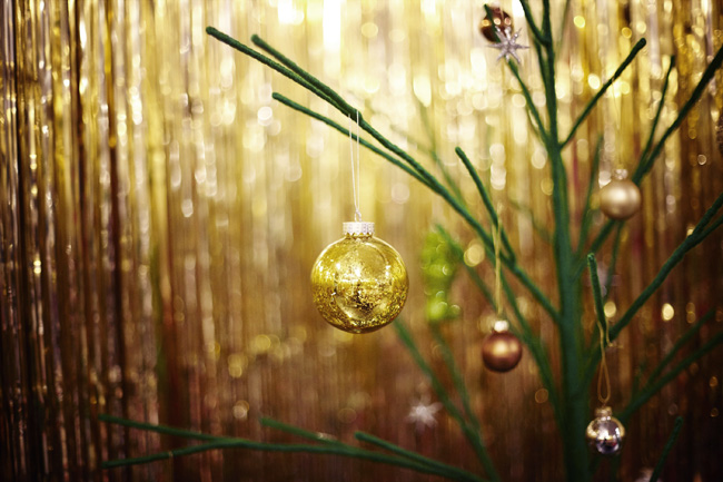 modern-christmas-tree-with-gold-bauble-and-styling-habitat