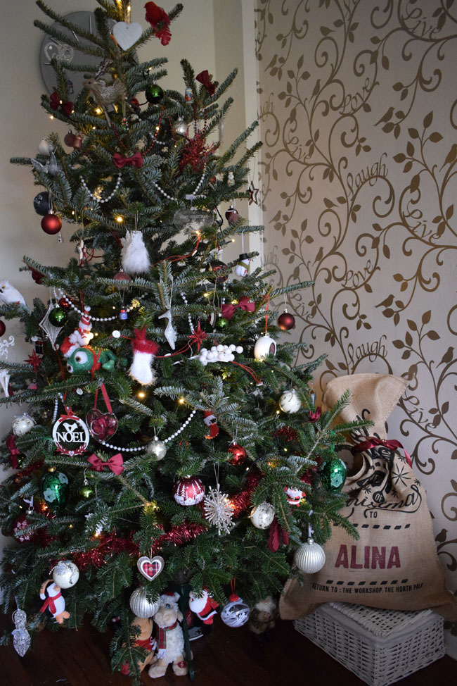 tartan-christmas-tree-idea-with-red-white-and-green